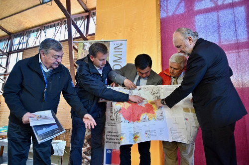 Ministro Prokurica entrega mapa de peligro de activo grupo volcánico de la Región de Los Ríos
