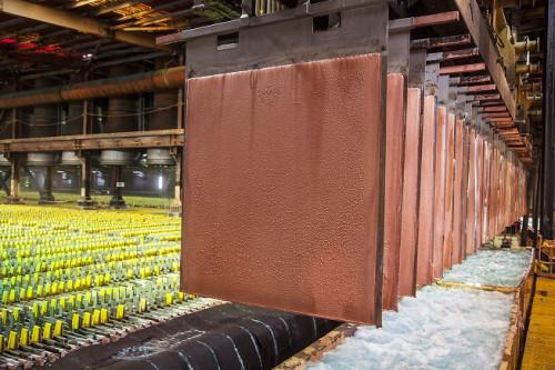 Precio del cobre retrocede este viernes, pero anota un alza semanal de 1,9 por ciento